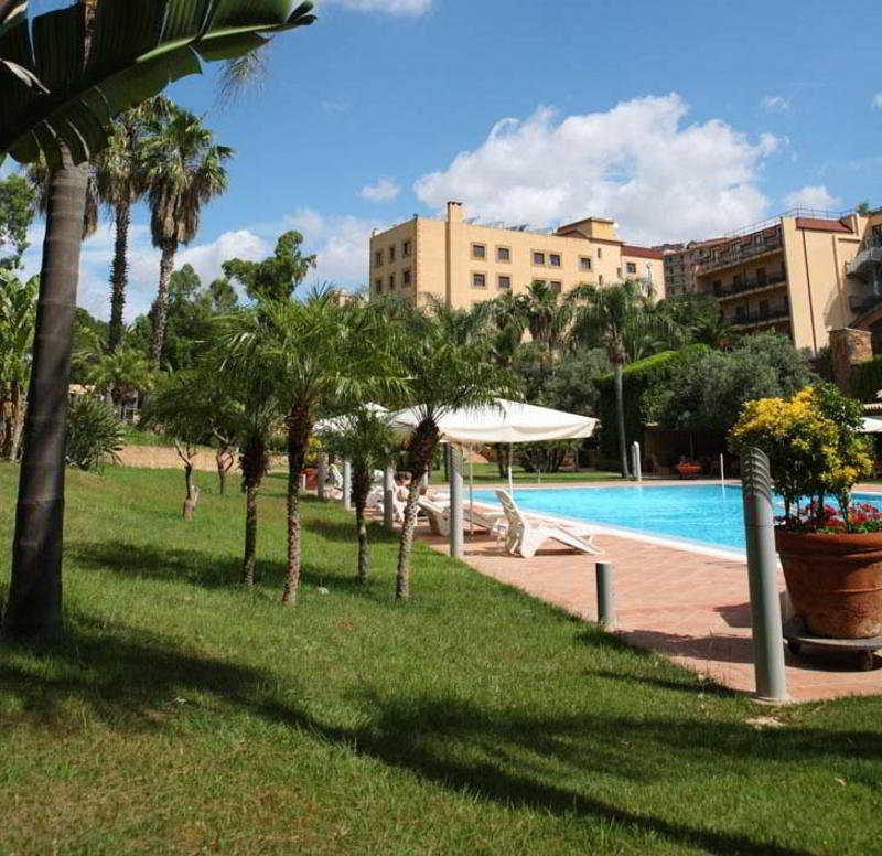 http://www.hotelbeds.com/giata/00/007687/007687a_hb_a_001.jpg