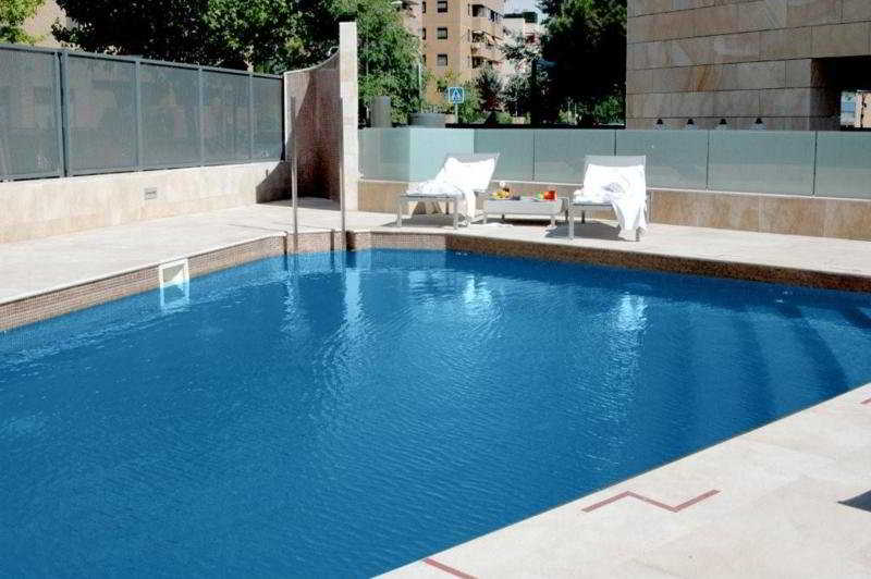 Hotel santos maydrit en barajas for Piscina barajas