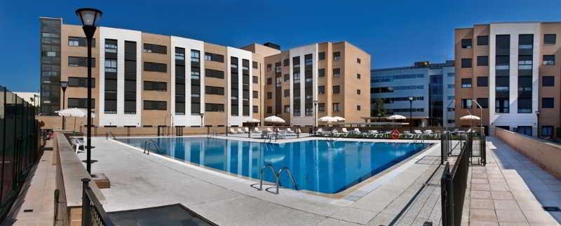Apartamentos compostela suites en barajas for Piscina barajas