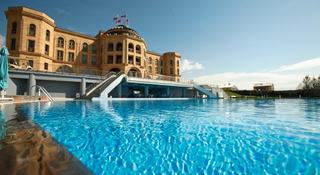 Latar Hotel Complex
