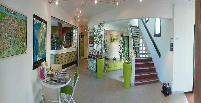 inter hotel la rochelle est le beaulieu. Black Bedroom Furniture Sets. Home Design Ideas