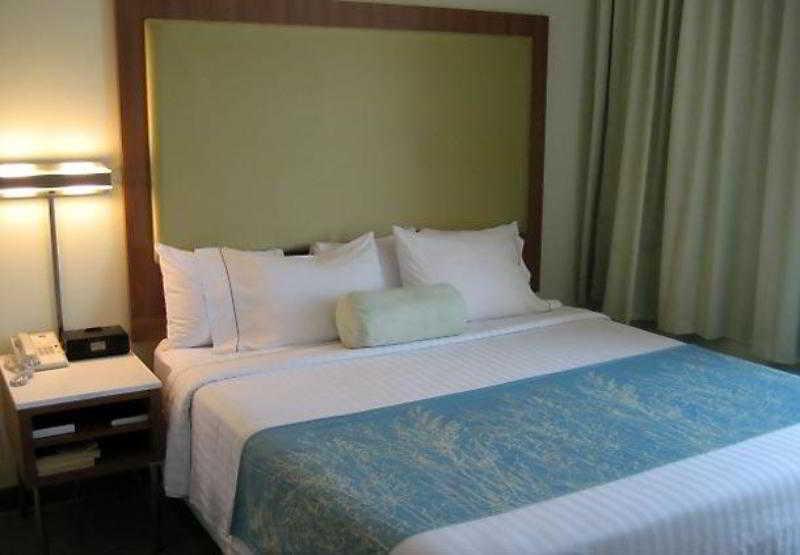 勞倫斯春丘套房酒店
