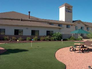 Holiday Inn Express and Suites Raton