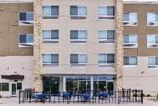 HOLIDAY INN EXPRESS AND SUITES KANSAS CITY - LEE'S